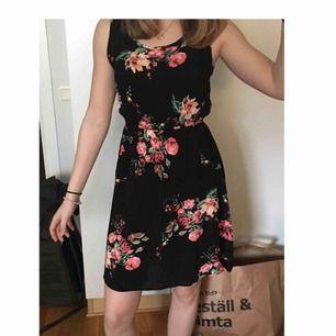 Fin klänning som aldrig är använd, lapp sitter kvar. Väldigt luftig och bra till sommaren