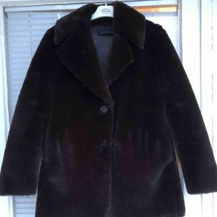 Pälsjacka (faux fur) säljes. Mörkbrun jacka med innerfoder i fejkskinn. Jackan är därmed väldigt varm och passar bra när det är kallt ute.