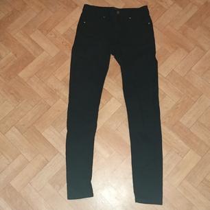 Svarta jeans - De var lite för små för mig som har S - 59% bomull, 39% polyester, 2% elastan - Frakt ingår i priset