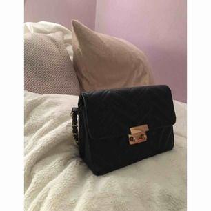 Svart väska, knappt använd