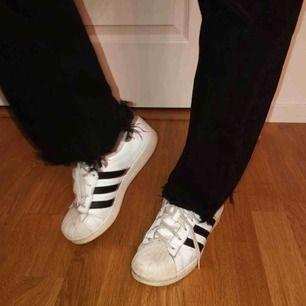 Ett par Adidas superstar i bra skick, inte använda särskilt ofta pga för stora. Fynda!