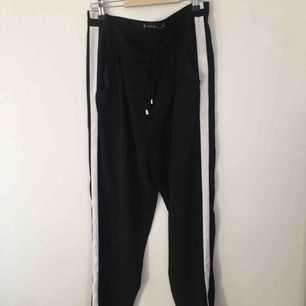 'Kostym'byxor ifrån newyorker, aldrig använda, svarta med vita sträck längst benen