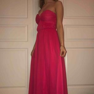 Säljer denna cerise rosa långklänning som är alldeles oanvänd. Perfekt till sommaren eller på en finare tillställning. 🤩