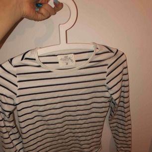 Svart vit/randig långärmad tröja. Säljer pga förliten, fint skick
