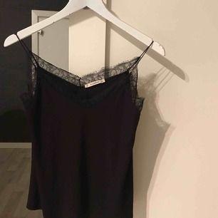 Jätte fint svart linne med spets, helt oanvänt! Skulle säga att den passar en xs/s