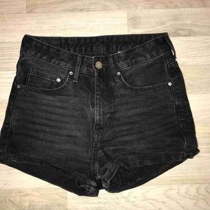 Svart/grå, högmidjade jeansshorts
