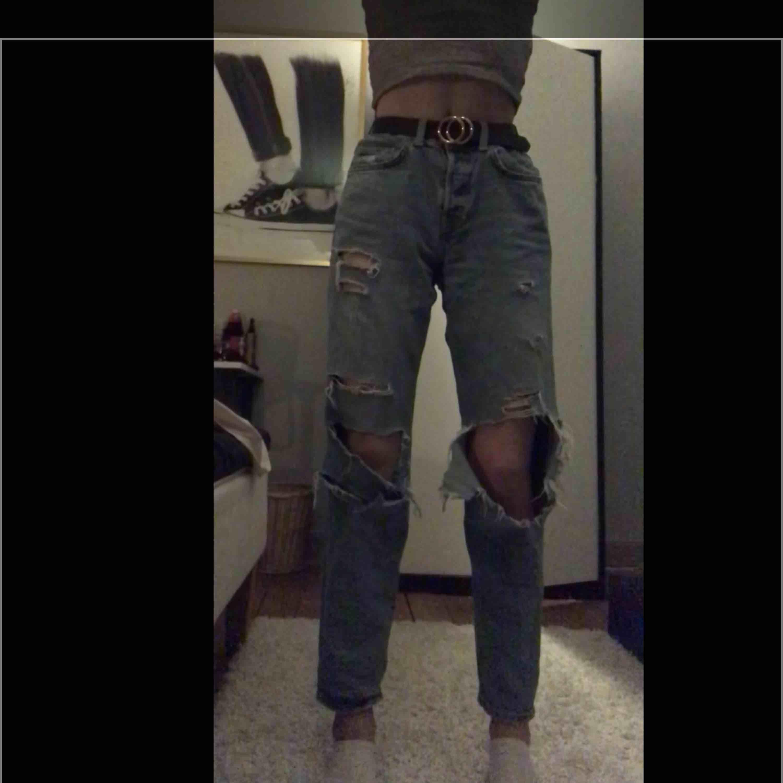 Snygga ripped boyfriend jeans från h&m!Dem är väl använda och ska inte vara så pass öppna som dem är på vissa ställen, där av priset😌 fraktar gärna köparen står för frakt!✨. Jeans & Byxor.