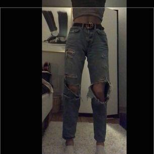Snygga ripped boyfriend jeans från h&m!Dem är väl använda och ska inte vara så pass öppna som dem är på vissa ställen, där av priset😌 fraktar gärna köparen står för frakt!✨