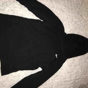 Svart Nike hoodie, i storlek M (ungdomsstorlek). Det var damm på min kamera inte hoodien. Köparen står för frakten.