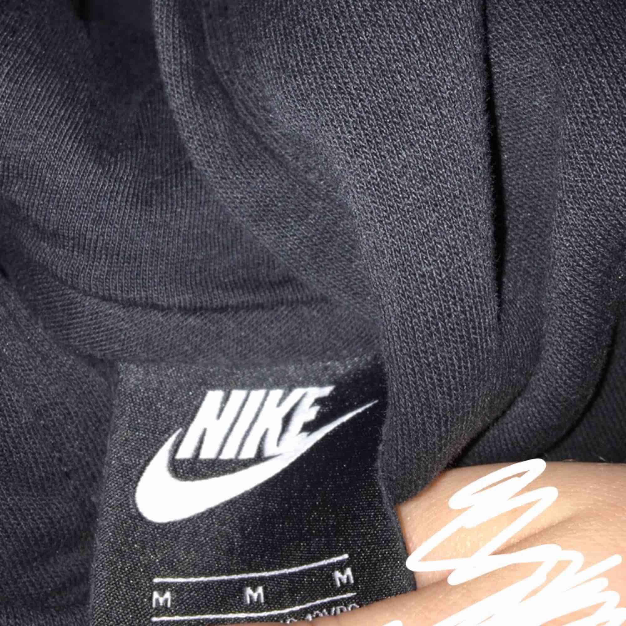 Svart Nike hoodie, i storlek M (ungdomsstorlek). Det var damm på min kamera inte hoodien. Köparen står för frakten.. Huvtröjor & Träningströjor.