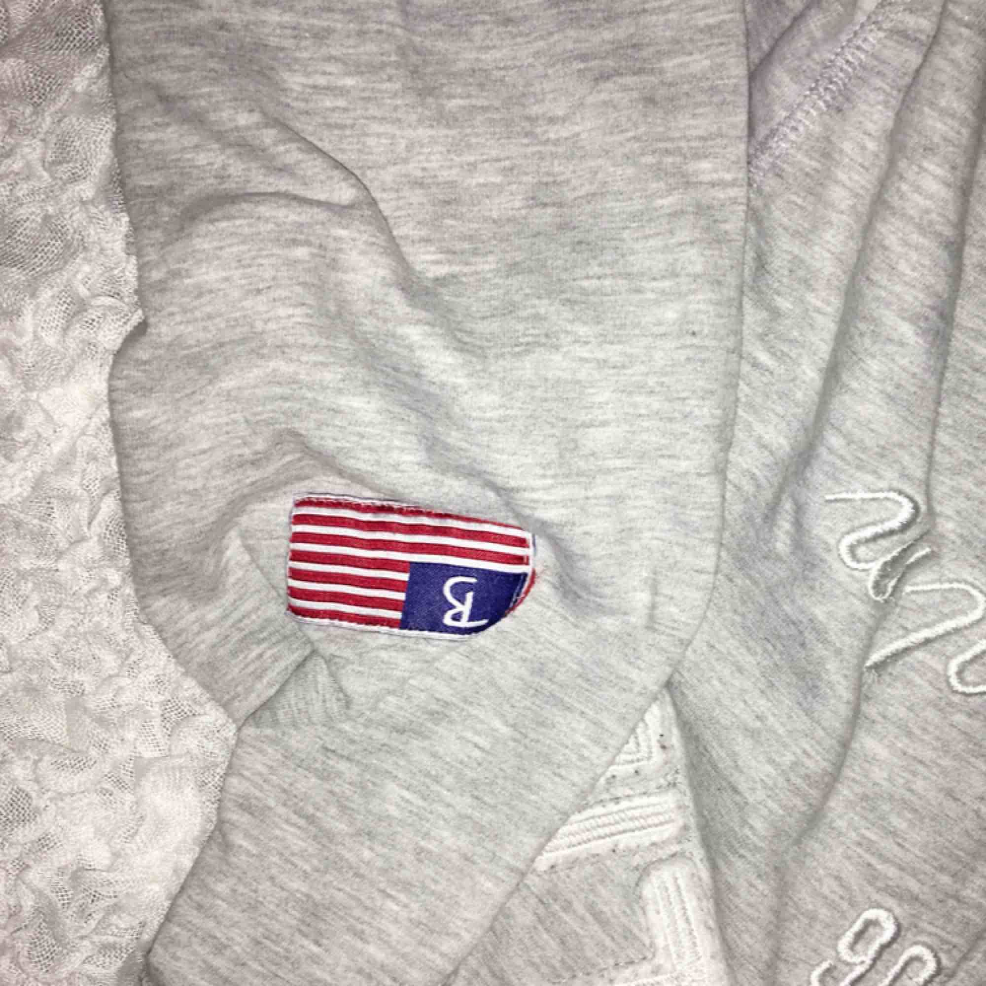 Grå zip up hoodie från bondelid, storlek s men är liten i storleken så passar XS bra! Använd ca 2-3 gånger. Köparen står för frakten.. Huvtröjor & Träningströjor.