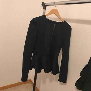 Säljer min tröja som jag inte längre använder den är mörkblå syns inte så bra på bilden storleken är S  Inköpspris: 400  Mitt pris: 200
