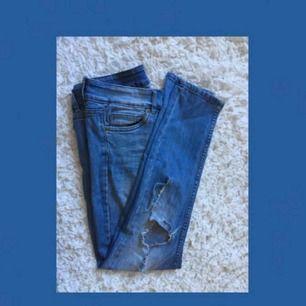 Red concept jeans med hål på knäna :) köparen betalar frakten