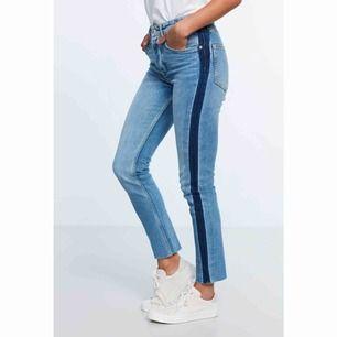 Coola jeans från Gina Tricot med mörkblåa stripes på sidan av benen. Sitter lite tightare på mig som är en 38, men passar även en 36 om man vill ha lite lösare passform. Frakten ingår!
