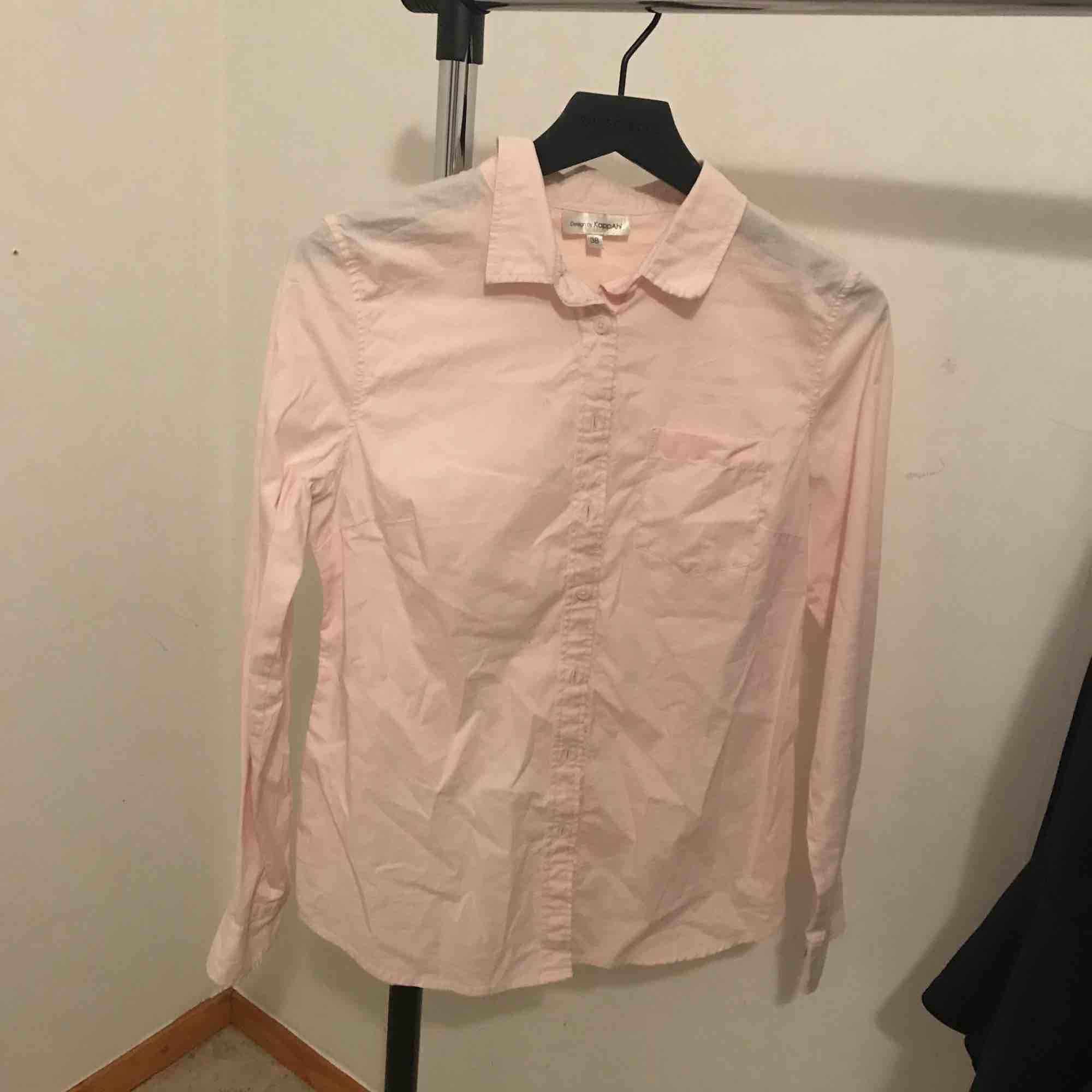 Säljer en ljusrosa skjorta, kan gå ner i priset om man vill finns en svartgrå fläck på kragen syns inte så mycket . Blusar.