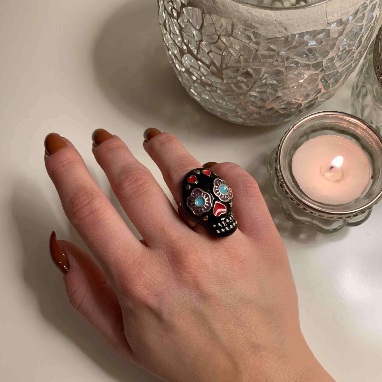 Cool sugar skull (calavera) ring, skulle säga att den är en S/M. för stor för mig som vanligtvis har storlek 50 i ringar för ringfingret Kan fraktas för 20 kr, annars möte i malmö. Accessoarer.