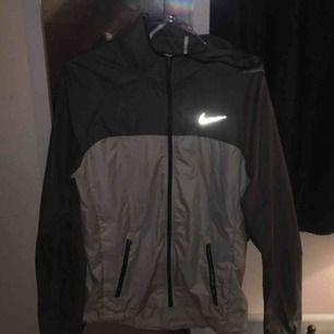 Nike windbreaker jacka. Använda några gånger är i mke bra skick!! Säljer pga för liten. 100kr plus frakt