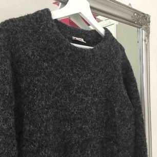 Lång varm och mysig tröja från weekday. Köpt här på Plick men aldrig kommit till användning. Frakt tillkommer🌸