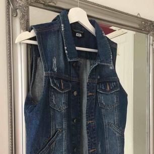 Jeansväst som använts på några festivaler annars har den tyvärr inte kommit till mycket användning så den söker nu ett nytt hem. Frakt tillkommer🌸