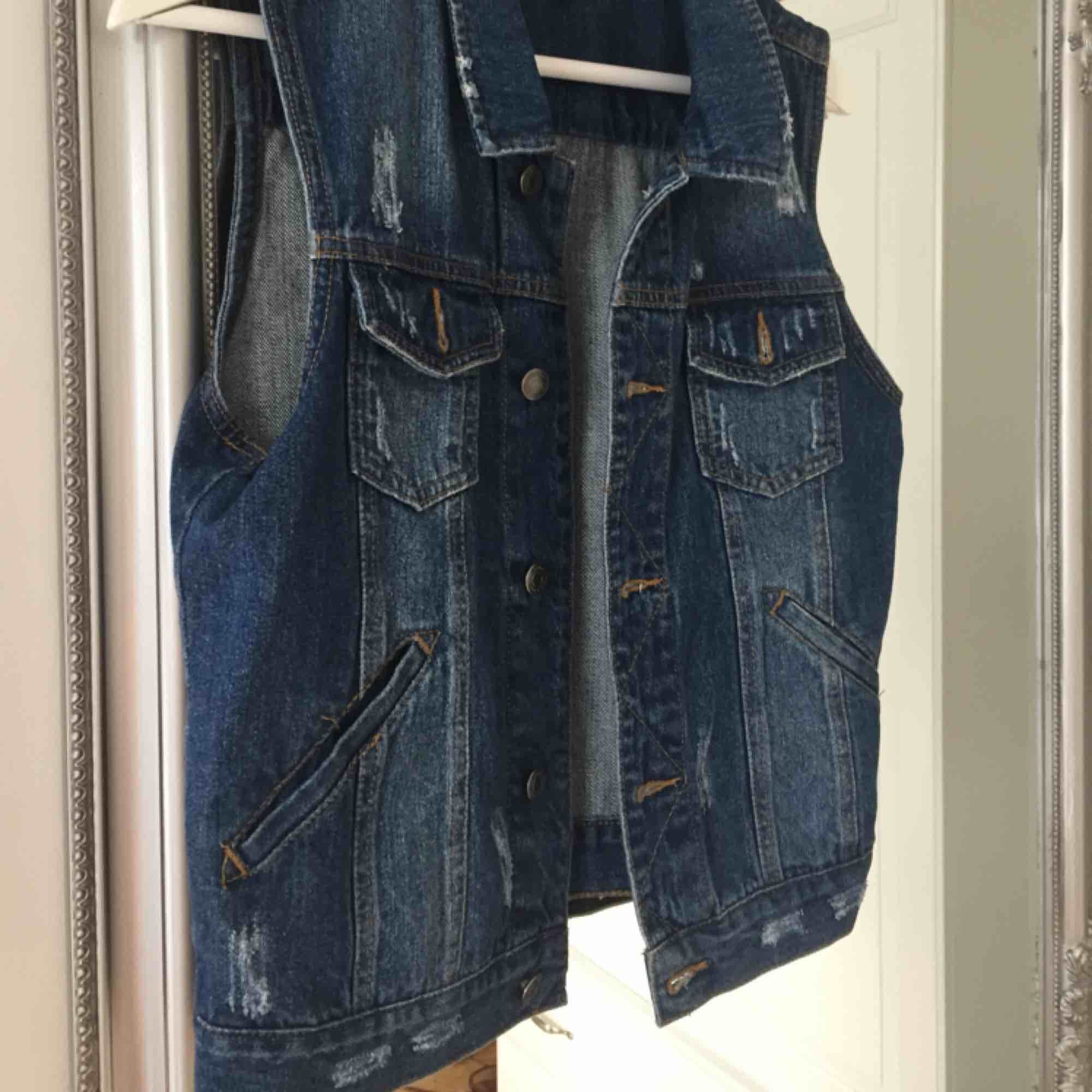 Jeansväst som använts på några festivaler annars har den tyvärr inte kommit till mycket användning så den söker nu ett nytt hem. Frakt tillkommer🌸. Jackor.