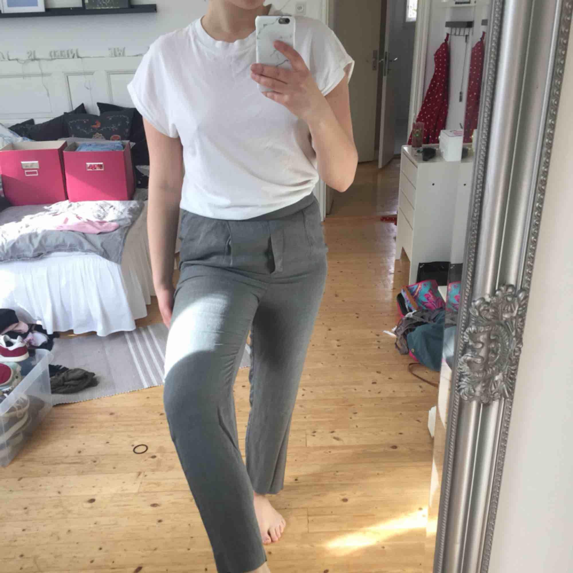 Oanvända snygga kostymbyxor från Mango med skön resår i midjan. Frakt tillkommer🌸. Jeans & Byxor.