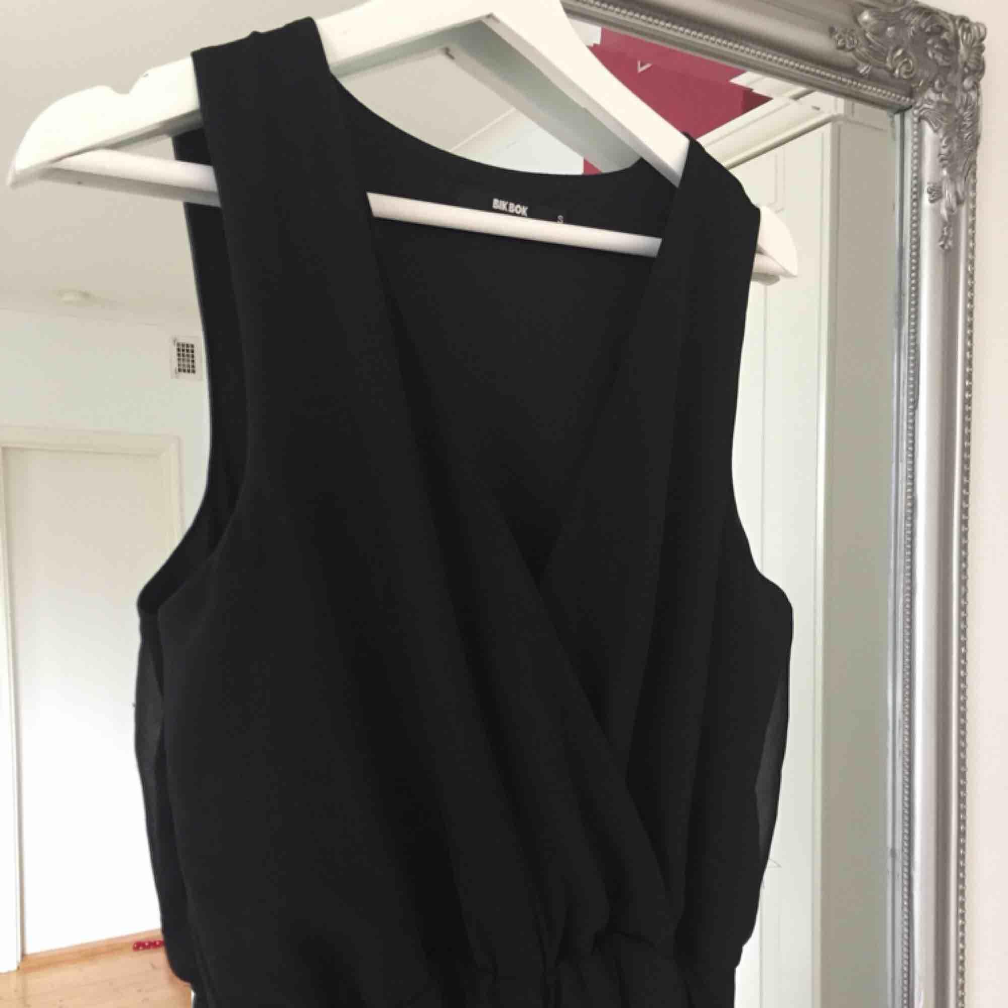 Snygg byxdress som tyvärr har fått ett litet hål på ryggen som är lagat, men lagningen syns (se bild 3). Frakt tillkommer🌸. Kostymer.