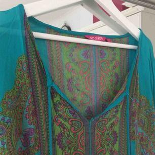 Säljer nu min favorit tunika från indiskan. SÅ snygg men den har gjort sitt i min garderob så den letar nu efter en ny ägare. Frakt tillkommer🌸
