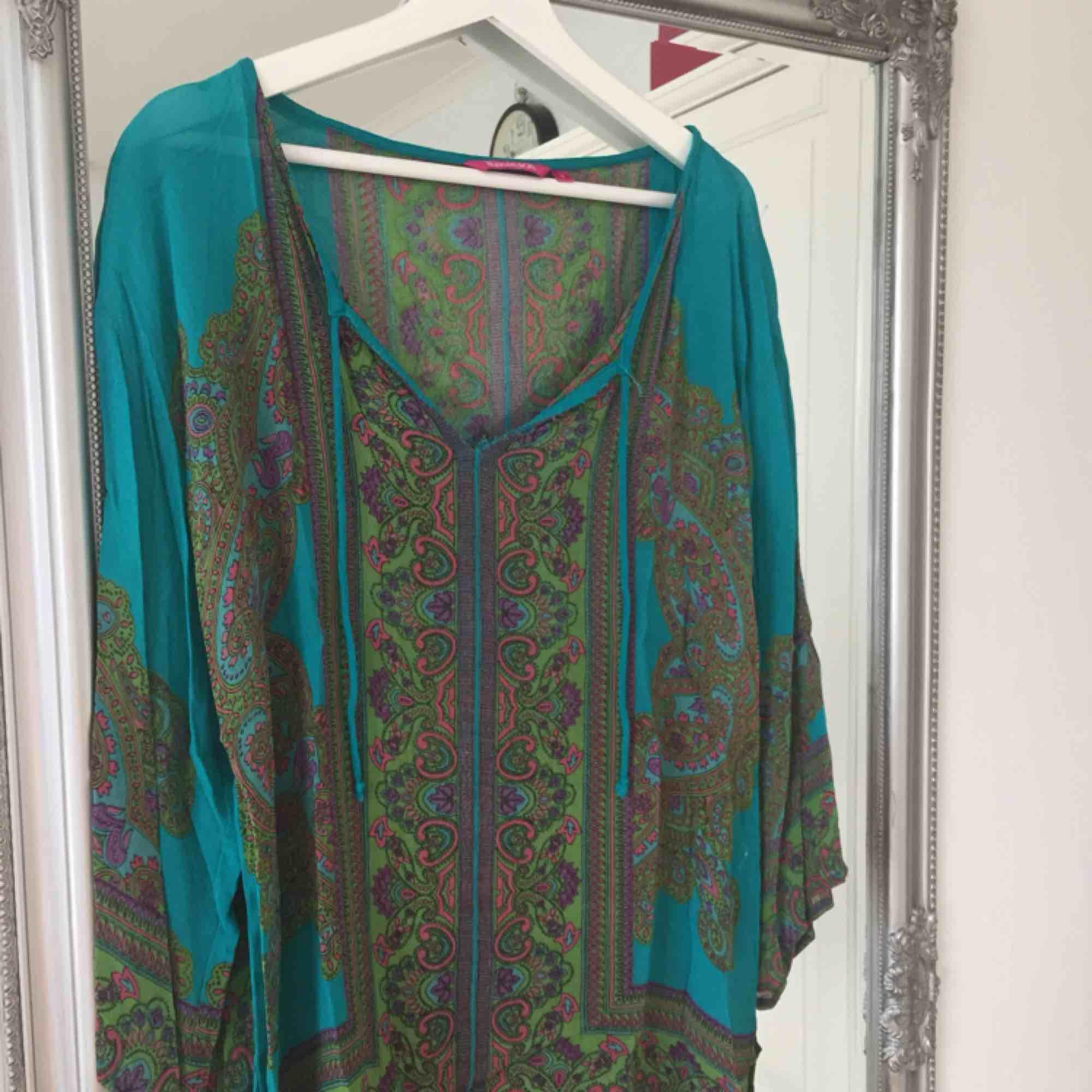 Säljer nu min favorit tunika från indiskan. SÅ snygg men den har gjort sitt i min garderob så den letar nu efter en ny ägare. Frakt tillkommer🌸. Klänningar.