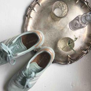 Adidas sneakers som jag köpte för något år sedan men inte använt alls mycket, så nu hoppas jag någon annan kan få glädje av dem då de är sjukt snygga! Frakt tillkommer🌸