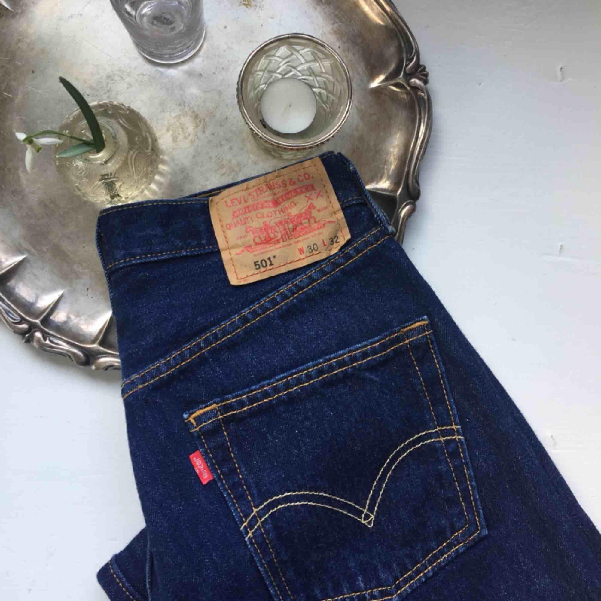 SÅ snygga levis jeans i bra skick som jag budade hem för några veckor sedan men tyvärr var det försmå för mig... Det står storlek 30 vilket jag brukar vara med dessa passade mer min kompis som brukar ha 27/28 i byxor. Frakt tillkommer🌸. Jeans & Byxor.