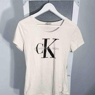 Vit Calvin Klein T-shirt storlek XL, liten i storlek. Har småfläckar samt lite sprickor i printet. Vet ej om den är äkta eller inte. Frakt kostar 36kr extra, postar med videobevis/bildbevis. Jag garanterar en snabb pålitlig affär!✨