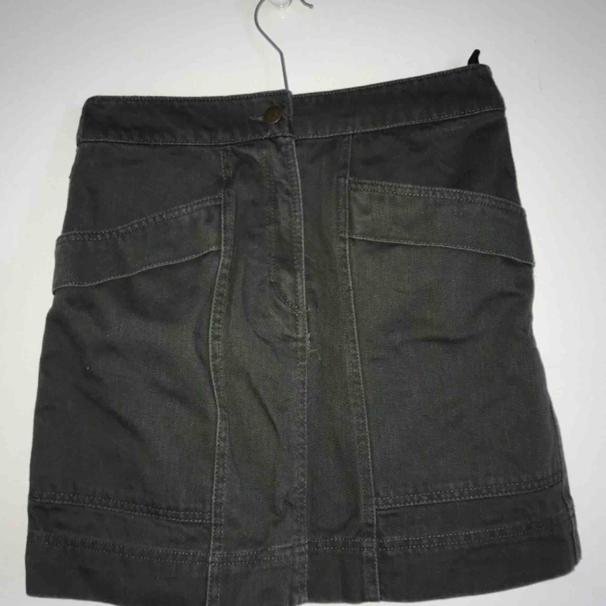 Olivgrön kjol från hm. Jättefint skick, två fickor framtill. Kan mötas upp i slussen eller så står köparen för frakten.. Kjolar.