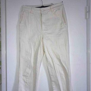 Jättefina beiga/ gräddvita jeans från hm. Använda ett fåtal gånger. Kan mötas upp i slussen eller så står köparen för frakten :)