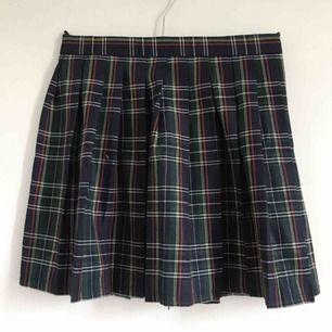 Fin högmidjad randig kjol. St M och oanvänd. Midjemått: ungefär 72cm. Kan mötas upp i slussen eller så står köparen för frakten :)