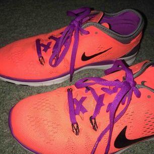 Helt oanvända Nike freerun 5.0 i st 37,5. Orginalpris: 899. Kan mötas upp i slussen eller så står köparen för frakten :)