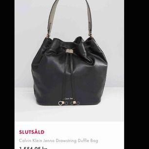 Calvin Klein väska. Handtaget är lite slitet annars är den i bra skick. Väskan har 3 fack inuti, ett med dragkedja. Köpte den för ca 1500kr.