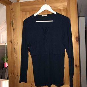 Jättesnygg tröja med snörning! Strl XL men är ganska tajt så kan passa andra strl också! 🥰 Frakt 55kr