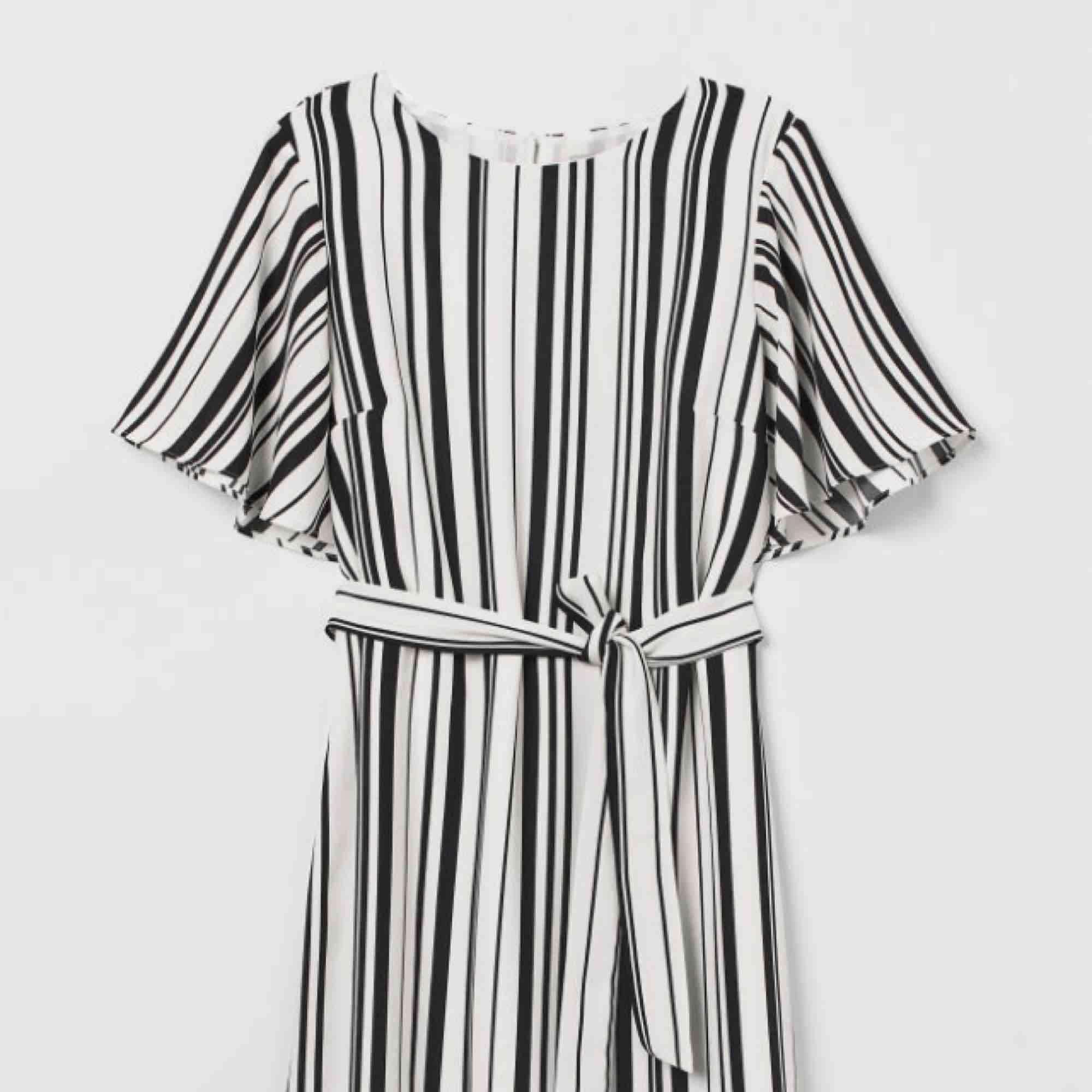 690642300c Randig klänning med knytskärp