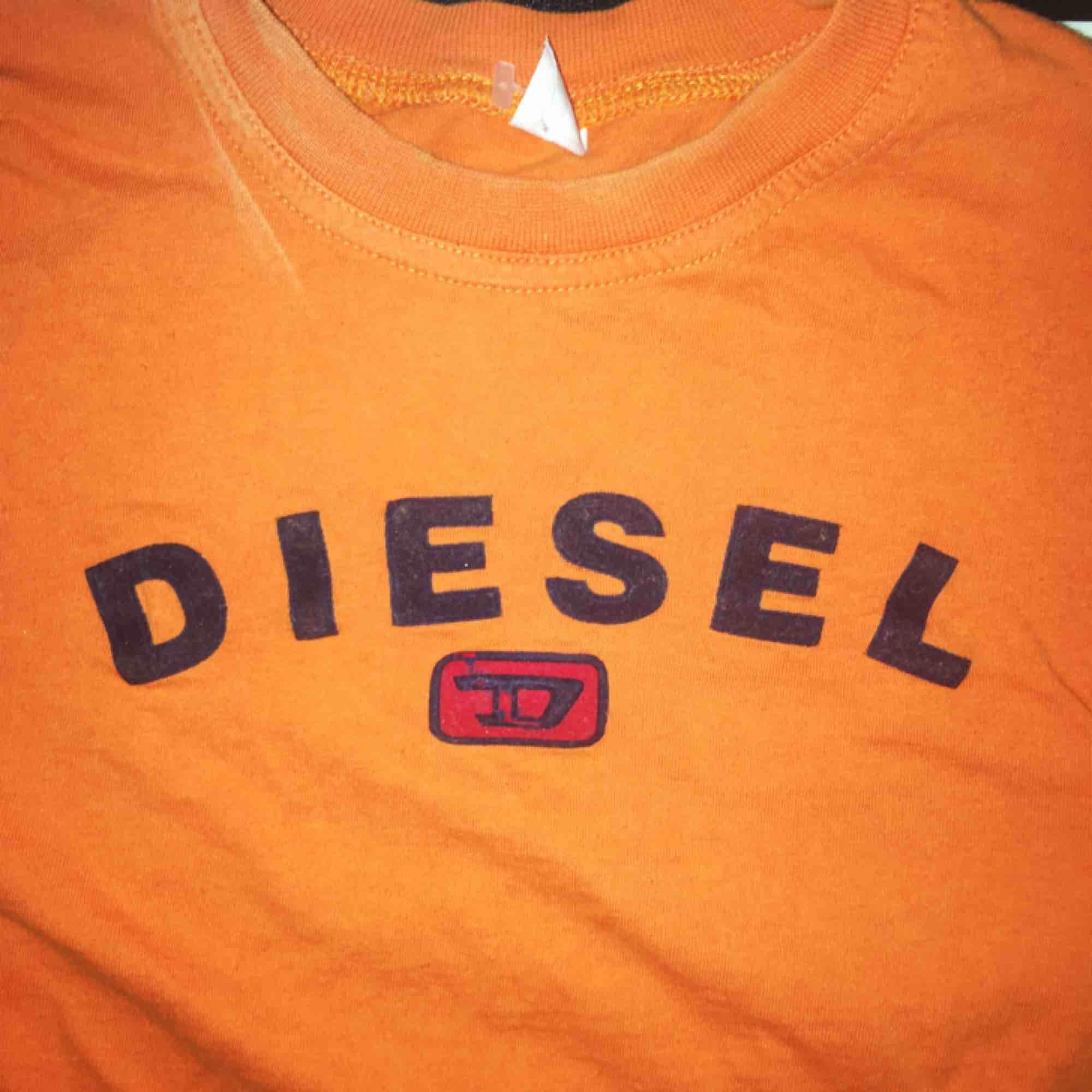 Diesel T-shirt, avklippta ärmar. Barntröja typ så den är tight och passar xs!. Toppar.