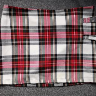 Rutig kjol i fint skick från h&m Storlek: 38 50kr +39frakt
