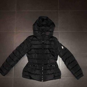 Säljer min Moncler jacka på grund av att den är för liten. Jackan är i jättebra skick, då den köptes förra vintern på Nathalie Schuterman!