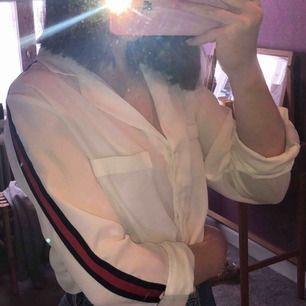 En jättefin blus/skjorta från Gina, osäker på nypriset.  Använd fåtal gånger, jätte bra skick.