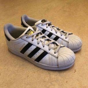 Adidas superstar, använda man ändå ok skick!