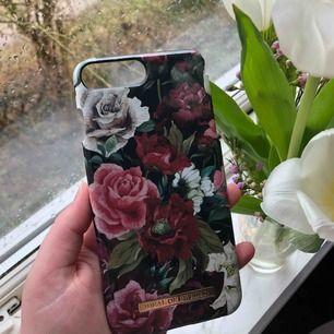 Säljer detta sjukt fina skal från ideal of Sweden. Skalet passar iPhone 6, 7 och 8 plus! Det är sönder på 2 ställen därav det billiga priset. Köpt för 299kr. Frakt 18kr 🥰🥰