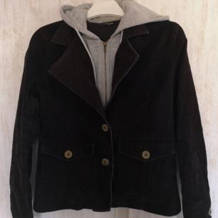 Cool manchester jacka med inbyggd hoodie Står storlek L men skulle säga mer xs-s Lite urtvättad annars bra skick, Mått: längd61 bredd46 arm49,5