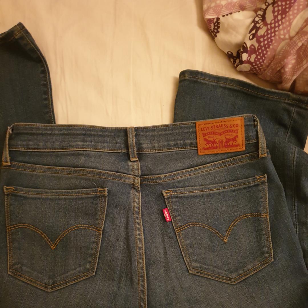 Snygga byxor från Levi's med bootcut. Mycket fint skick. Pris kan diskuteras. . Jeans & Byxor.