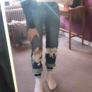 Super coola jeans från Bik Bok. Helt oanvända, som nya. Nypris 600kr  Betalas genom Swish, köparen står för frakt.