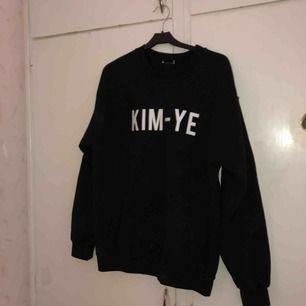 Står för Kim kardashian och yeezy, använd en gång. Oversized S