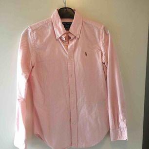 Ralph Lauren skjorta köpt i USA strl 4 super slim fit. Som strl S! Skjortan är super fin men har tyvärr blivit lite tight för mig. Ca 3 år gammal.