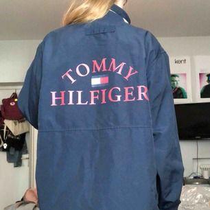 Vintage vindjacka från Tommy Hilfiger, mörkblå med dragkedja och knappar. Kan skicka fler bilder ✨
